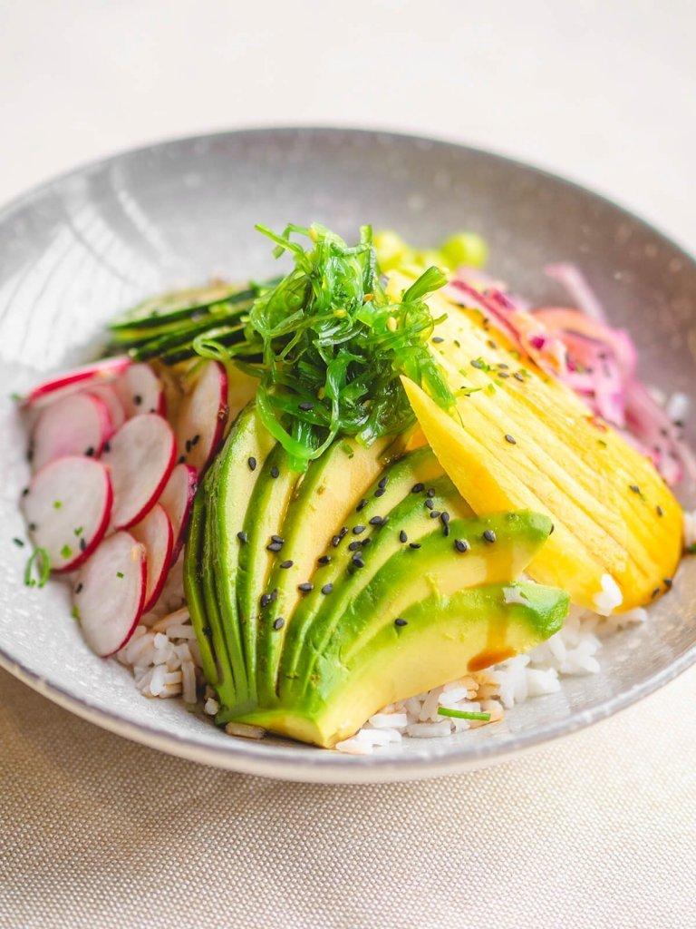 receta-ensalada-poke-bowl-hawaiana-arroz-aguacate-mango