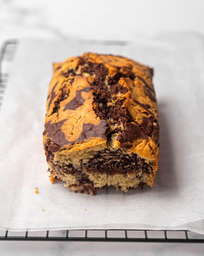 bizcocho marmolado vegano de chocolate y vainilla